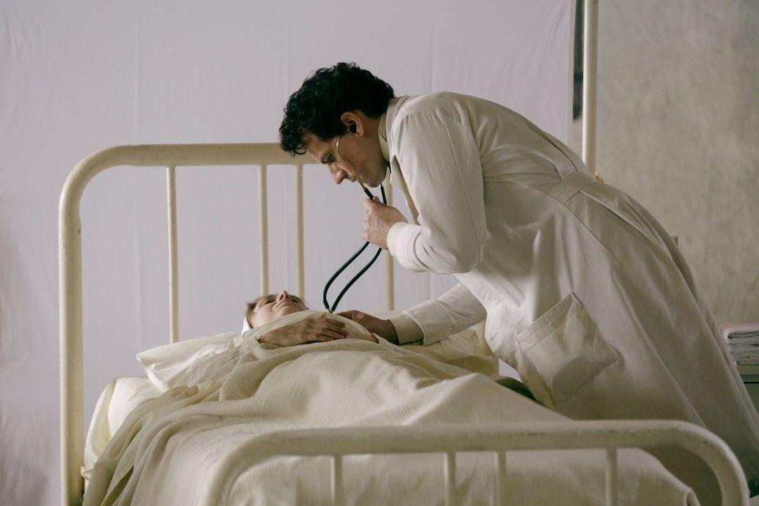 Weil er unsterblich ist, muss er seine Frau zu Tode tragen: Henry (Ioan Gruffudd) ... - Bildquelle: Warner Bros. Television
