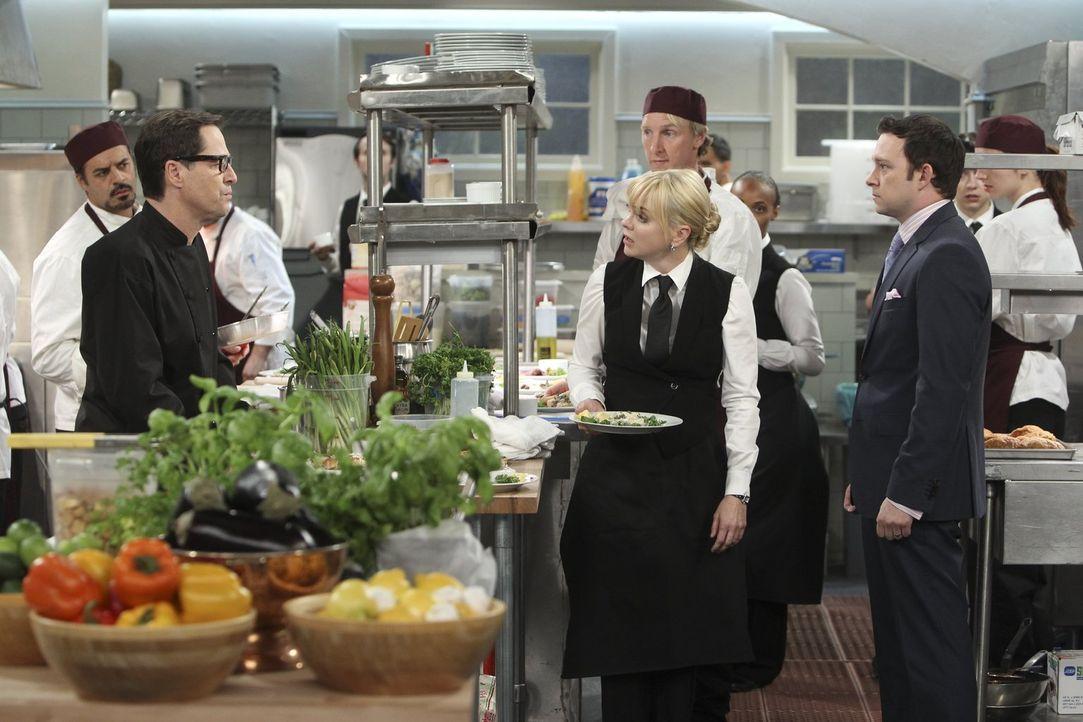 """Krise in der Küche des Nobelrestaurants: Christy (Anna Faris, vorne M.) steht am Rande eines Nervenzusammenbruchs, weil ein Gast sie """"gute Kellnerin... - Bildquelle: Warner Bros. Television"""