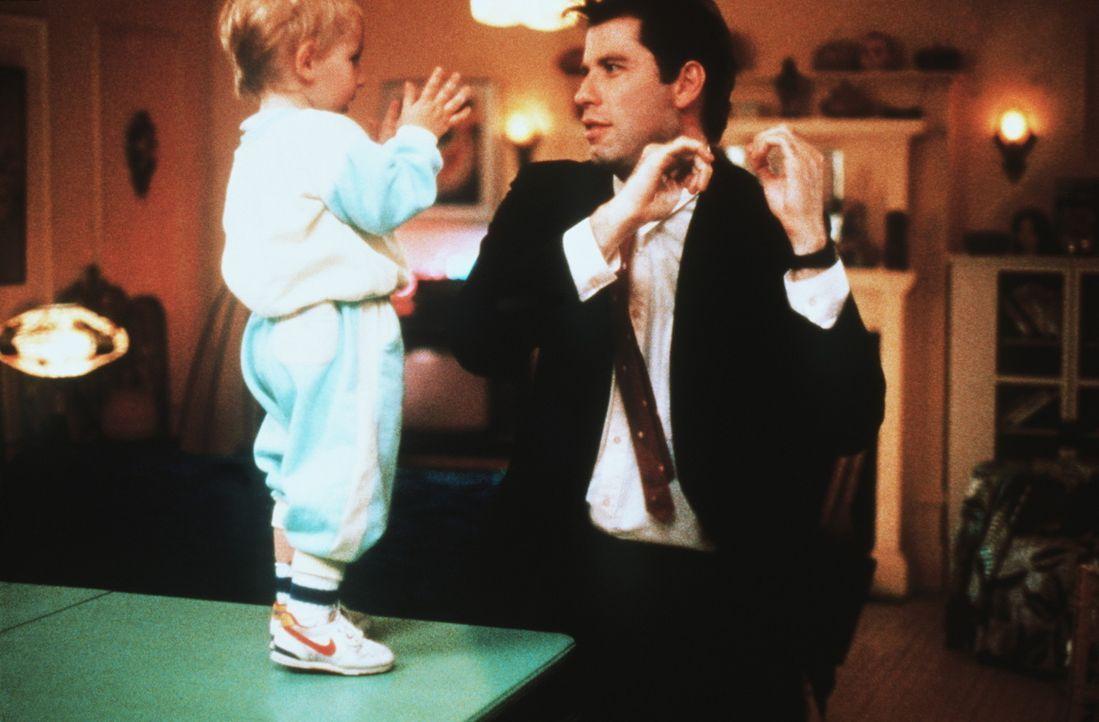 Mickey (Jason Schaller, l.) ist begeistert von der Tanznummer, die James (John Travolta, r.) noch immer unvergleichlich aufs Parkett legt ... - Bildquelle: TriStar Pictures