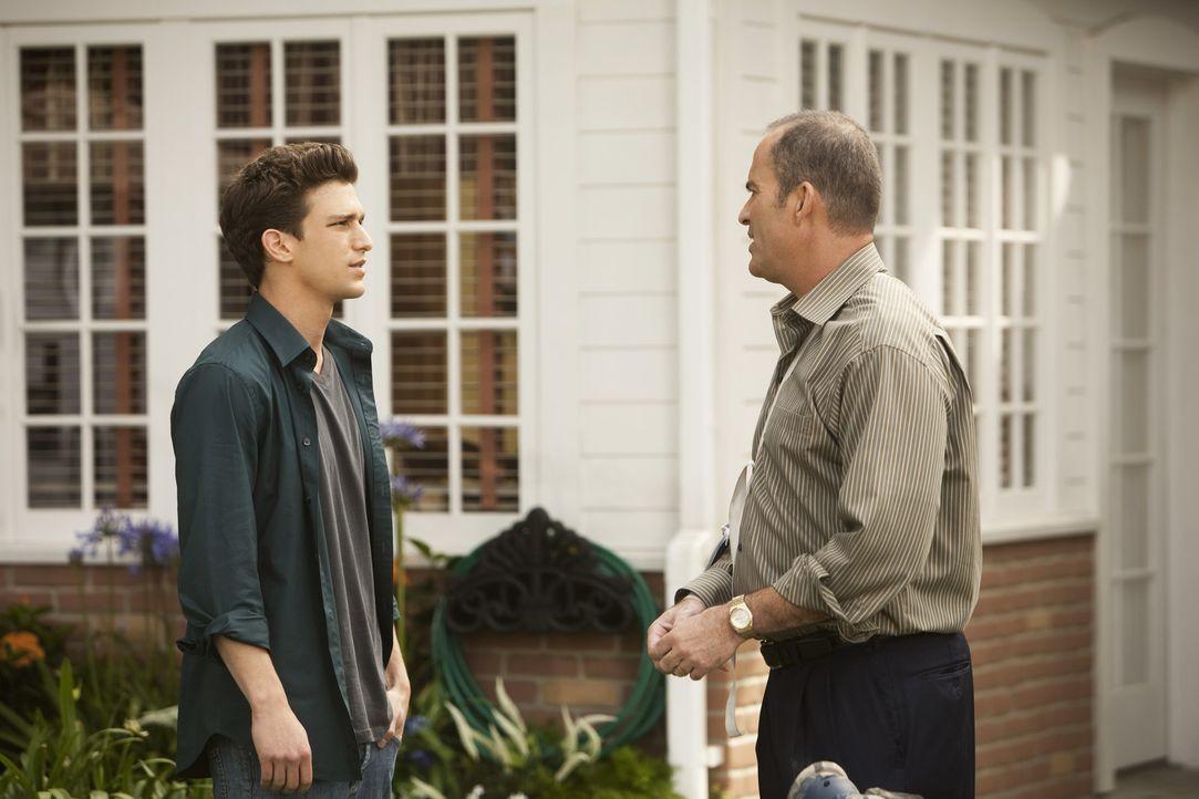Ricky (Daren Kagasoff, l.) hat Probleme mit Adrian und bittet George (Mark Derwin, r.) um Rat ...