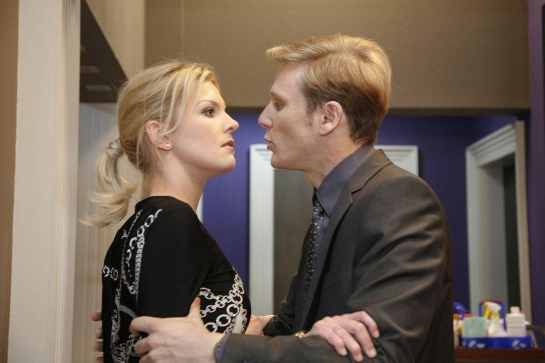 Nach Ginas Verleumdung will Alexandra nichts mehr von Philip (Philipp Romann, r.) wissen. Schließlich stellt er sich Alexandra (Ivonne Schönherr,... - Bildquelle: SAT.1