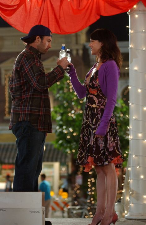 Endlich traut sich Luke (Scott Patterson, l.): Er macht Lorelai (Lauren Graham, r.) einen Heiratsantrag ... - Bildquelle: Copyright Warner Brother International Television