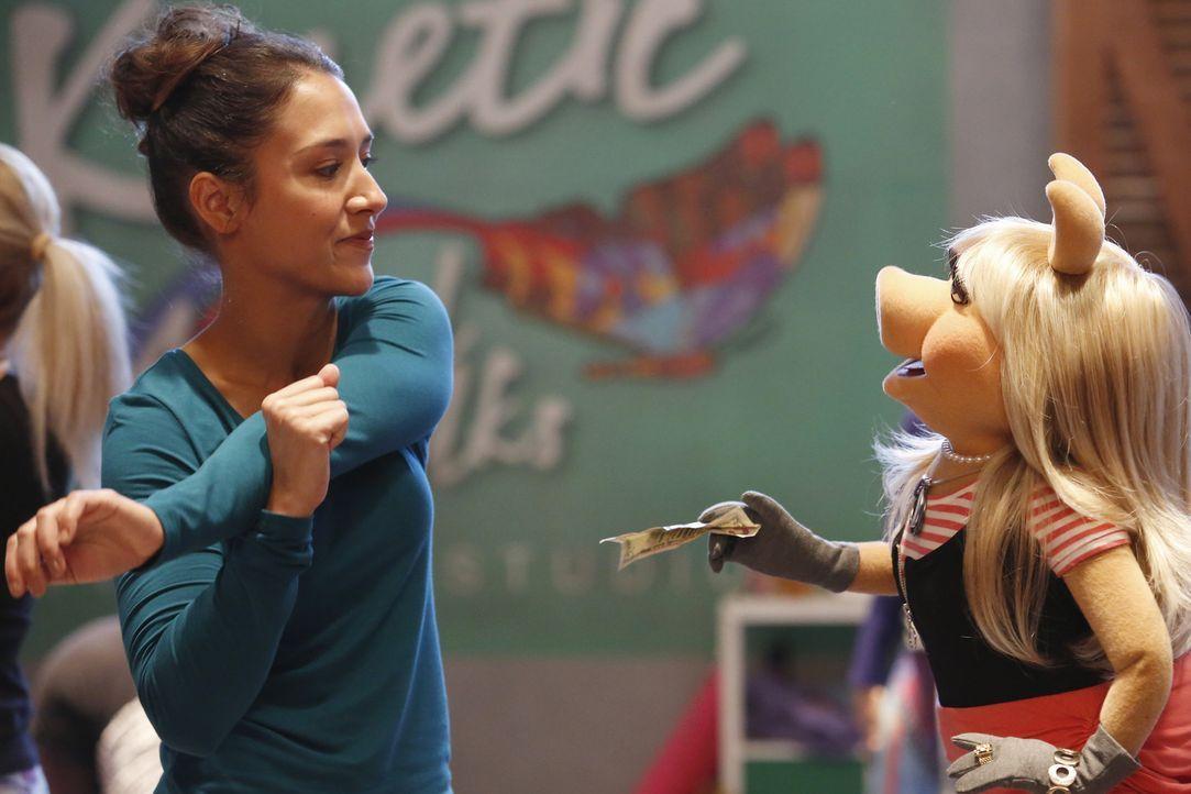 Miss Piggy (r.) hofft, im Rahmen eines besonderen Kurses ein paar neue Freunde kennenzulernen. Doch wird Kat Purgal (l.) Miss Piggy leiden können? - Bildquelle: Nicole Wilder ABC Studios