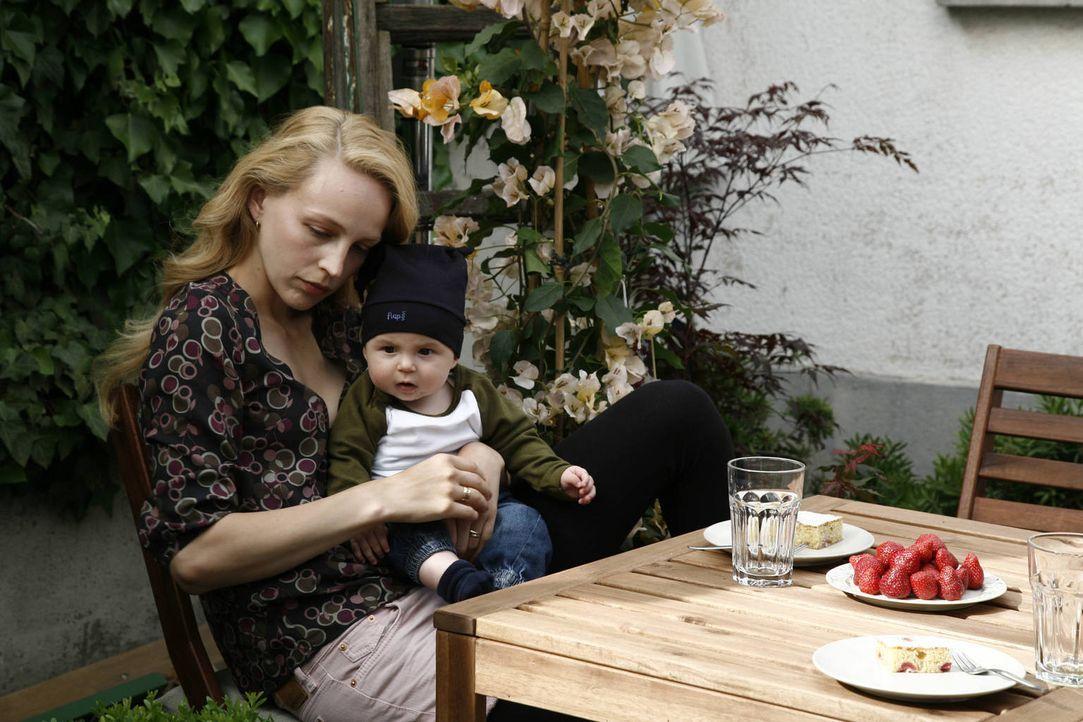 Kindergeschrei, Windeln wechseln, Babybrei - für Hanna (Petra Schmidt-Schaller) gibt es nichts Schöneres, doch ihr Angetrauter will um jeden Preis w... - Bildquelle: Vanessa Fuentes SAT.1