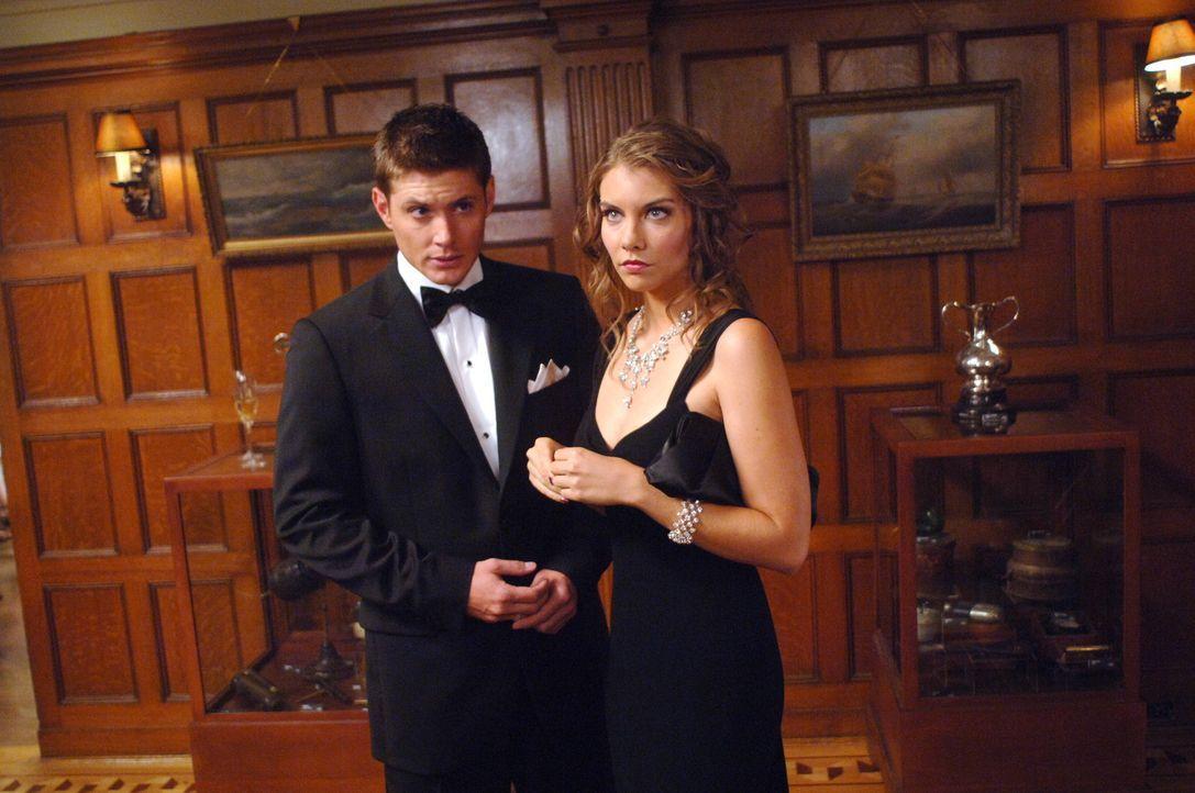 Die Brüder Sam und Dean (Jensen Ackles, l.) müssen sich bei ihren Ermittlungen mit Bela (Lauren Cohan, r.) herumschlagen, die von der Familie eine... - Bildquelle: Warner Bros. Television