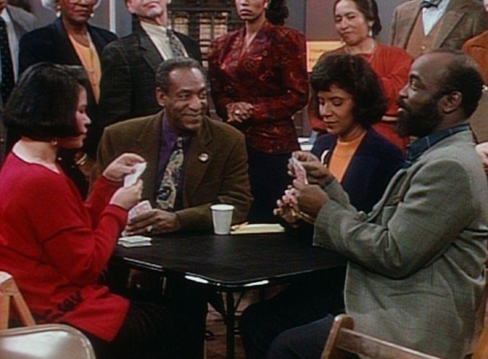 Cliff (Bill Cosby, 2.v.l.) und Clair (Phylicia Rashad, 2.v.r.) spielen mit ihren Freunden Nicole und James in einem Turnierspiel. - Bildquelle: Viacom
