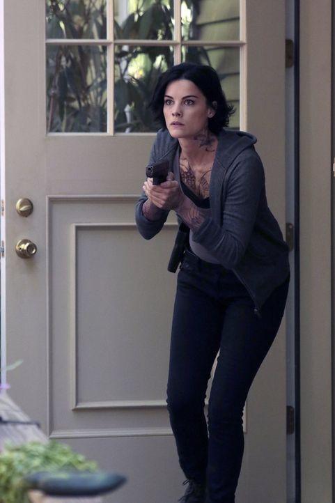 Es gelingt Analystin Patterson, ein weiteres Tattoo-Rätsel auf Janes (Jaimie Alexander) Körper zu entschlüsseln. Es führt das FBI-Team von Kurt Well... - Bildquelle: Warner Brothers