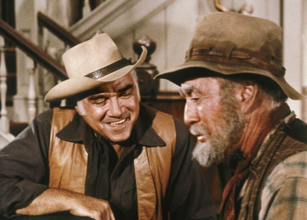 Der alte Gus (George Chandler, r.) hat sein Leben lang nach Gold geschürft. Als er wieder einmal nach Virgina City kommt, reden ihm die Leute ein, e... - Bildquelle: Paramount Pictures