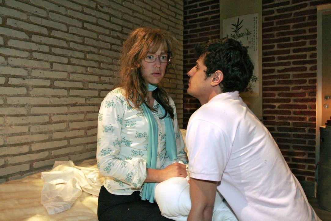 Lisa (Alexandra Neldel, l.) ist verunsichert. Nachdem Rokko (Manuel Cortez, r.) und sie miteinander herumgealbert haben, landen sie plötzlich auf de... - Bildquelle: Noreen Flynn Sat.1