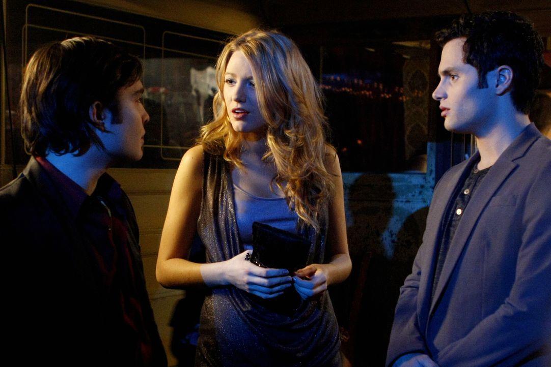 Während Dan (Penn Badgley, r.) und Serena (Blake Lively, M.) wieder glücklich miteinander sind, kommt Chuck (Ed Westwick, l.) mit dem Tod seines Vat... - Bildquelle: Warner Brothers
