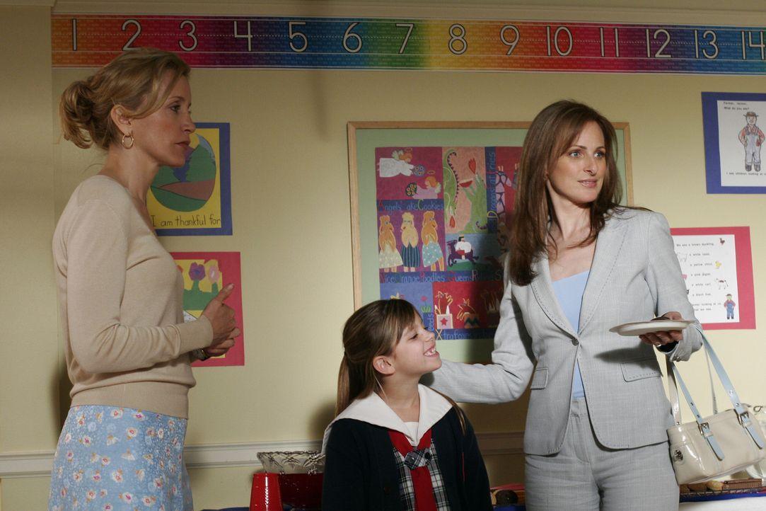 Lynette (Felicity Huffman, l.) lernt eine neue Frau kennen und freundet sich sofort mit ihr an. Obwohl die Dame taub ist, verstehen sie sich blenden... - Bildquelle: Touchstone Television