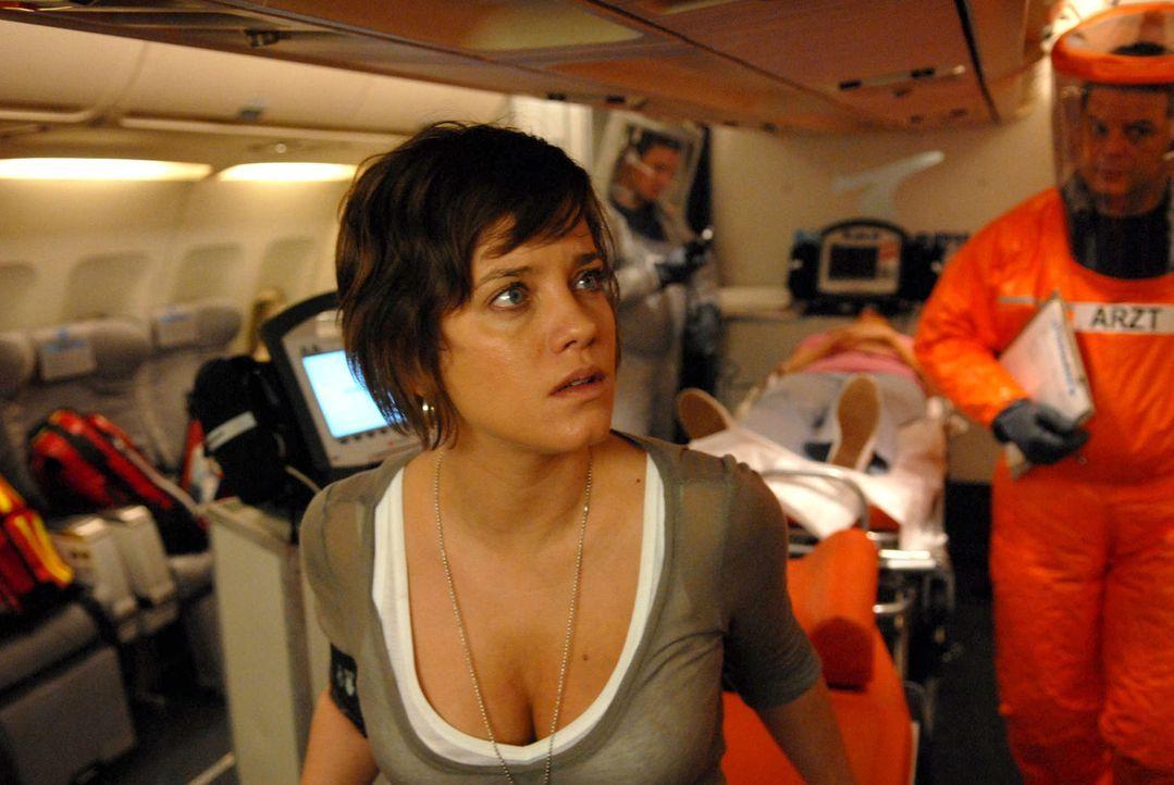 Auf dem Rückflug eines Thailandurlaubs erkrankt eine Passagierin schwer. Als die Ärztin Anne Hecker (Muriel Baumeister) dieser helfen will, wird ihr... - Bildquelle: Kerstin Stelter ProSieben