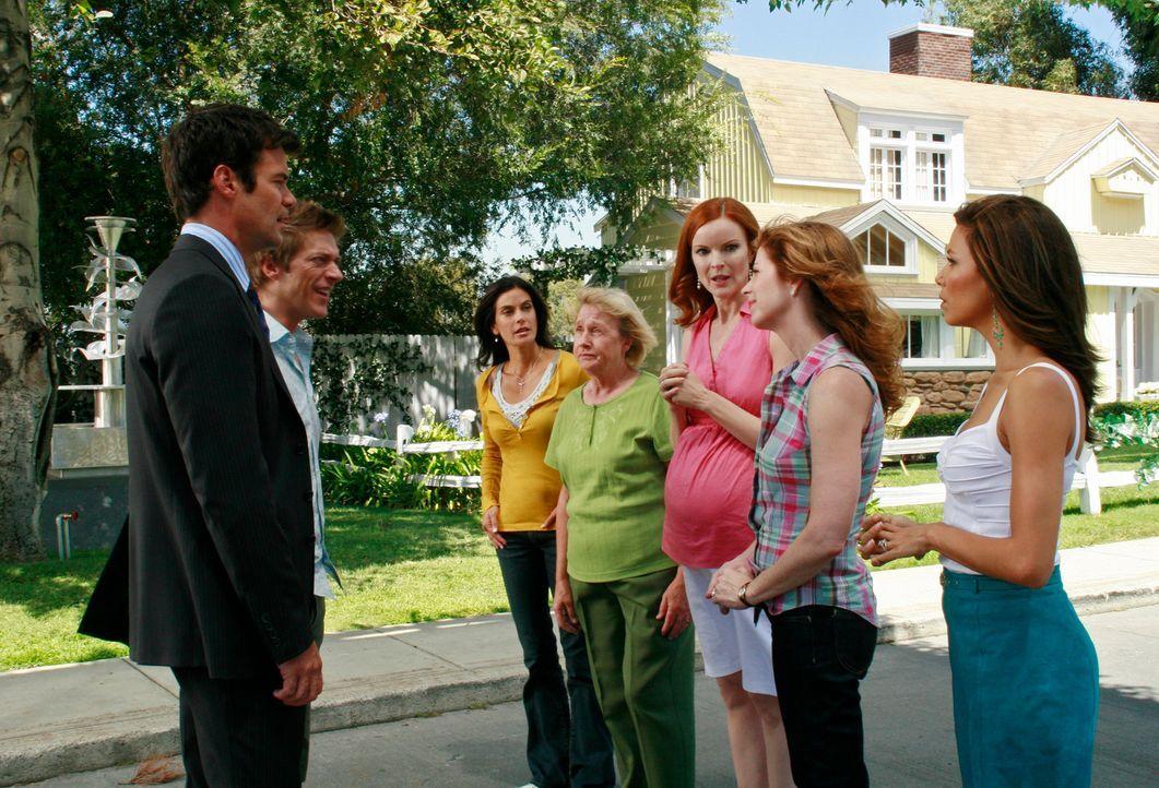 Bob (Tuc Watkins, l.) und Lee (Kevin Rahm, 2.v.l.) lassen einen blechernen Springbrunnen in ihrem Vorgarten installieren und ziehen so den Zorn von... - Bildquelle: ABC Studios