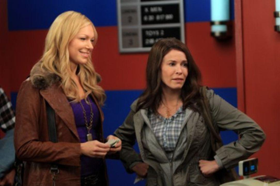 Durch Zufall taucht Sloanes (Chelsea Handler, r.) Ex, Matt Gunn, in Ricks Bar auf. Chelsea (Laura Prepon, l.) war als Schulmädchen schon in ihn ver... - Bildquelle: Warner Brothers