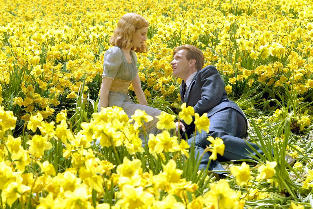 Endlich hat Edward (Ewan McGregor, r.) seine geliebte Sandy (Alison Lohman, l.) wiedergefunden. Mit 10.000 Narzissen gewinnt er ihr Herz. - Bildquelle: 2004 Sony Pictures Television International. All Rights reserved.