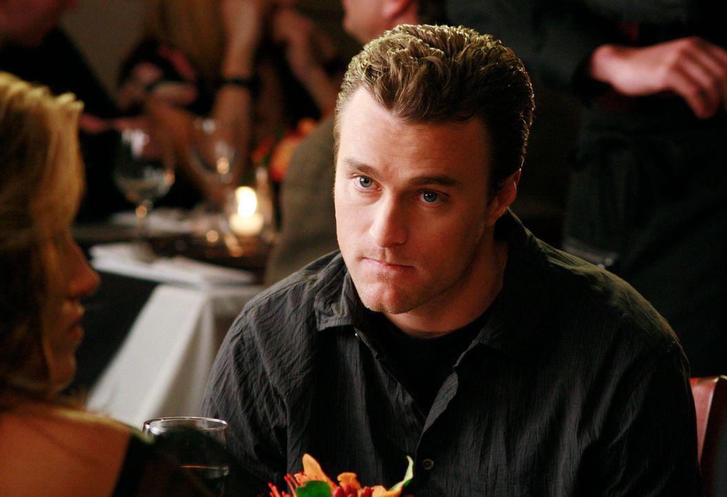 Tylers Freund (Oliver Macready) ist total genervt, als plötzlich Justin im Restaurant auftaucht ... - Bildquelle: Disney - ABC International Television