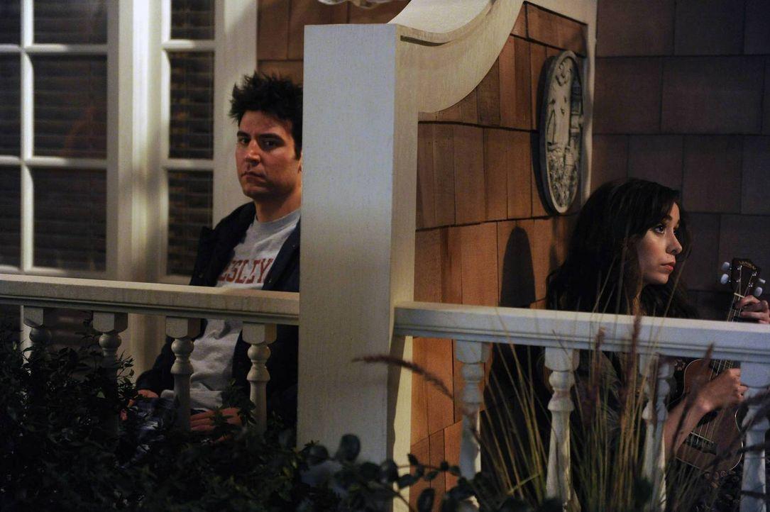 Am Balkon des Farhampton Inn Hotels hört Ted (Josh Radnor, l.) seine ersehnte Frau (Cristin Milioti, r.) und Mutter seiner zukünftigen Kinder das er... - Bildquelle: 2014 Twentieth Century Fox Film Corporation. All rights reserved.