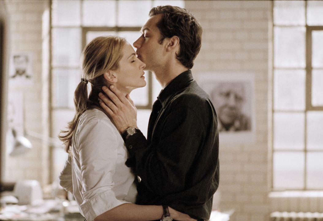 Der Schriftsteller Dan (Jude Law, r.) verliebt sich in die Stripperin Alice, die Fotografin Anna (Julia Roberts, l.) in den Arzt Larry. Doch schon b... - Bildquelle: Sony Pictures Television International. All Rights Reserved.