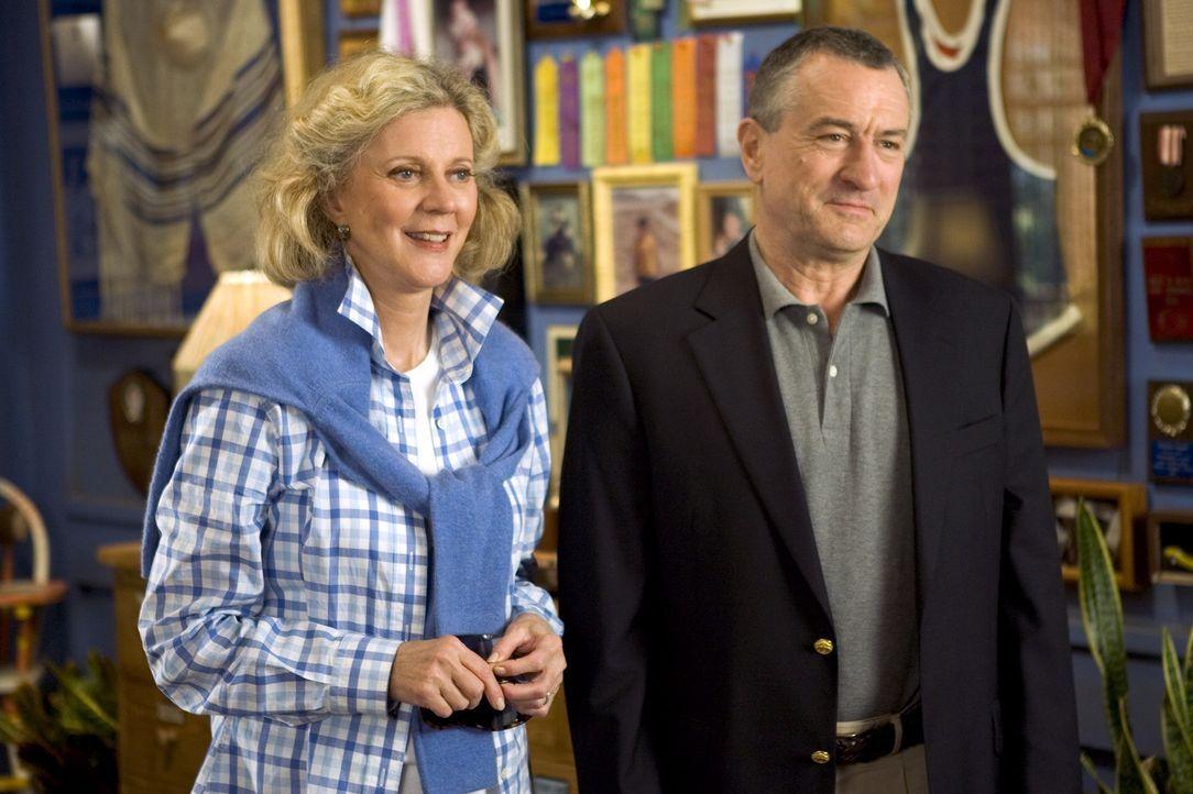 Die konservativen Byrnes (v.l.n.r.: Blythe Danner, Robert De Niro) treffen endlich auf die Eltern von Greg, der ihre Tochter Pam heiraten möchte. G... - Bildquelle: DreamWorks SKG