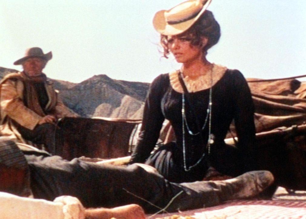 Jill (Claudia Cardinale) ist geschockt: Ihr frischgebackener Ehemann und dessen Kinder wurden brutal ermordet ... - Bildquelle: TM &   2003 by Paramount Pictures Corporation. All rights reserved