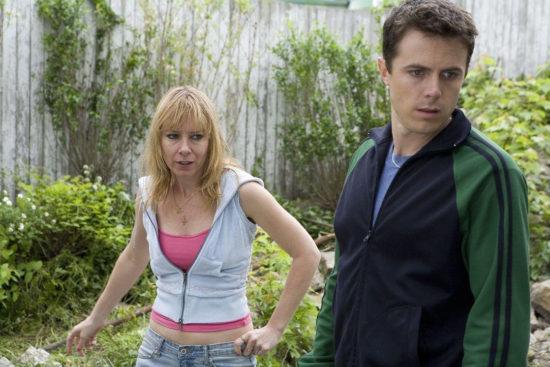 In dem Fall des verschwundenen Mädchens ist deren Mutter (Amy Ryan, l.) die heißeste Spur von Privatdetektiv Patrick (Casey Affleck, r.) ... - Bildquelle: Claire Folger 2006 Miramax Film Corp. All rights reserved