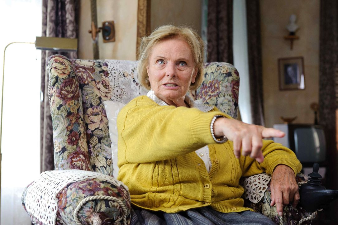 Wird als Opfer auserkoren, um Jelas Schicksal abzuwenden: die missgelaunte Nachbarin Frau Griek (Ruth Maria Kubitschek), die seit 20 Jahren auf den... - Bildquelle: Willi Weber SAT.1