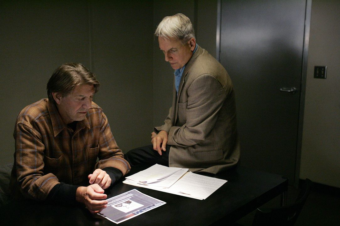 Hat Navy-Sanitäter Ned Quinn (Peter Coyote, l.) etwas mit dem Mord an einem älteren Ehepaar zu tun? Gibbs (Mark Harmon, r.) und sein Team ermittel... - Bildquelle: CBS Television
