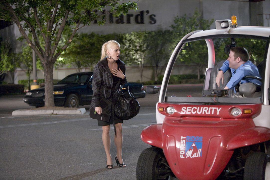 Schon seit langem verehrt Wachmann Ronnie (Seth Rogen, r.) Brandi (Anna Faris, l.) aus dem Parfümerie-Shop. Doch die behandelt ihn, als ob er Luft w... - Bildquelle: Warner Brothers