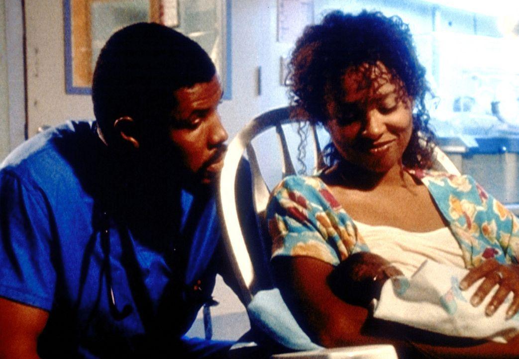 Benton (Eriq La Salle, l.) ist glücklich, dass sein kleiner Sohn das Schlimmste hinter sich hat. Auch für Carla (Lisa Nicole Carson, r.) entdeckt... - Bildquelle: TM+  2000 WARNER BROS.