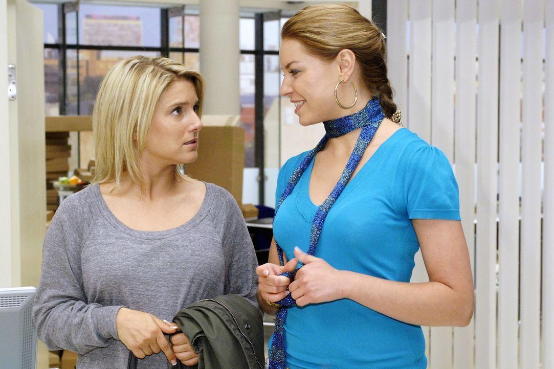Noch ahnt Anna (Jeanette Biedermann, l.) nicht, dass Katja (Karolina Lodyga, r.) ihr den ganzen Ärger um die Druckaufträge eingebrockt hat - Bildquelle: Oliver Ziebe Sat.1