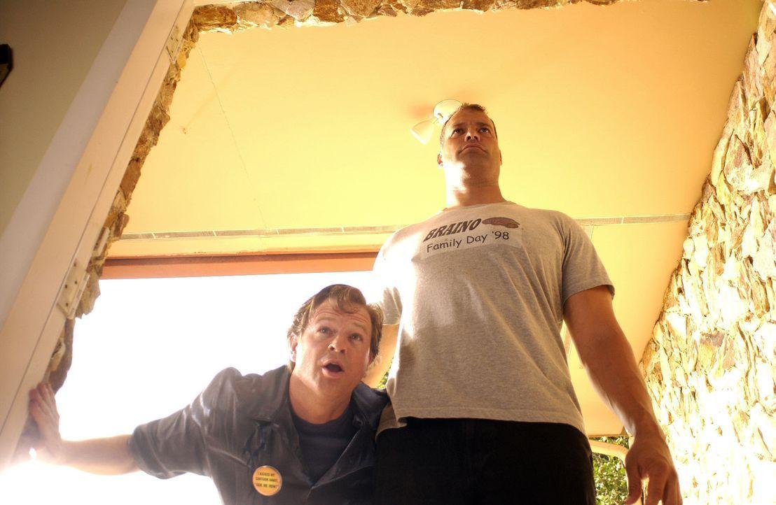 Das ungleiche Pärchen Panky (Jeff Chase, r.) und Hanky (Andrew Shaifer, l.) begibt sich auf Verbrecherjagd ... - Bildquelle: North by Northwest Entertainment