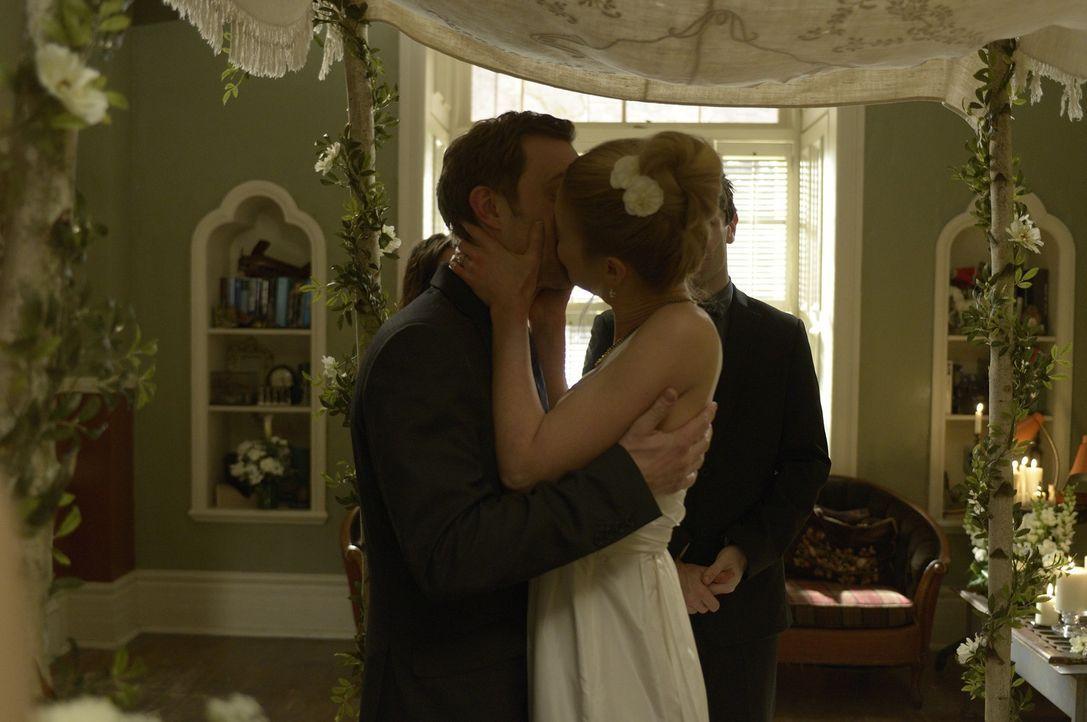 Joshs (Sam Huntington, l.) und Noras (Kristen Hager, r.) Hochzeitstag verläuft völlig anders als erwartet ... - Bildquelle: Phillipe Bosse 2013 B.H. 2 Productions (Muse) Inc. ALL RIGHTS RESERVED.