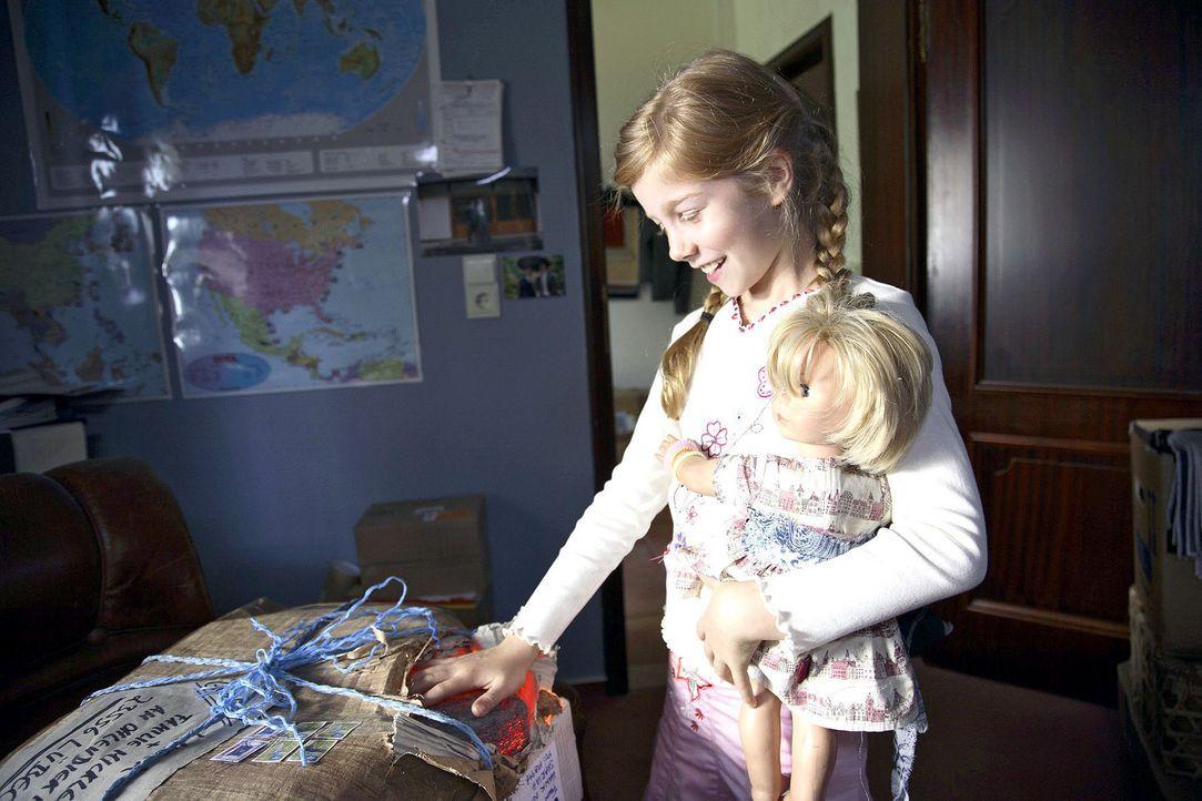 Als das Geburtstagsgeschenk von Onkel Mark aus der Südsee ankommt, ist Betty (Kara Mc Sorley) schon ganz neugierig und macht eine wundersame Entdec... - Bildquelle: Sat.1