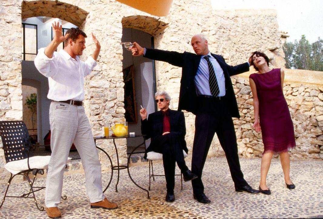 Dramatische Stunden auf Mallorca: Mädchenhändler Weymann (Mathieu Carrière, 2.v.l.) und sein Bodyguard (Thomas Hertlein, 2.v.r.) verschleppen Maria... - Bildquelle: Christian A. Rieger Sat.1