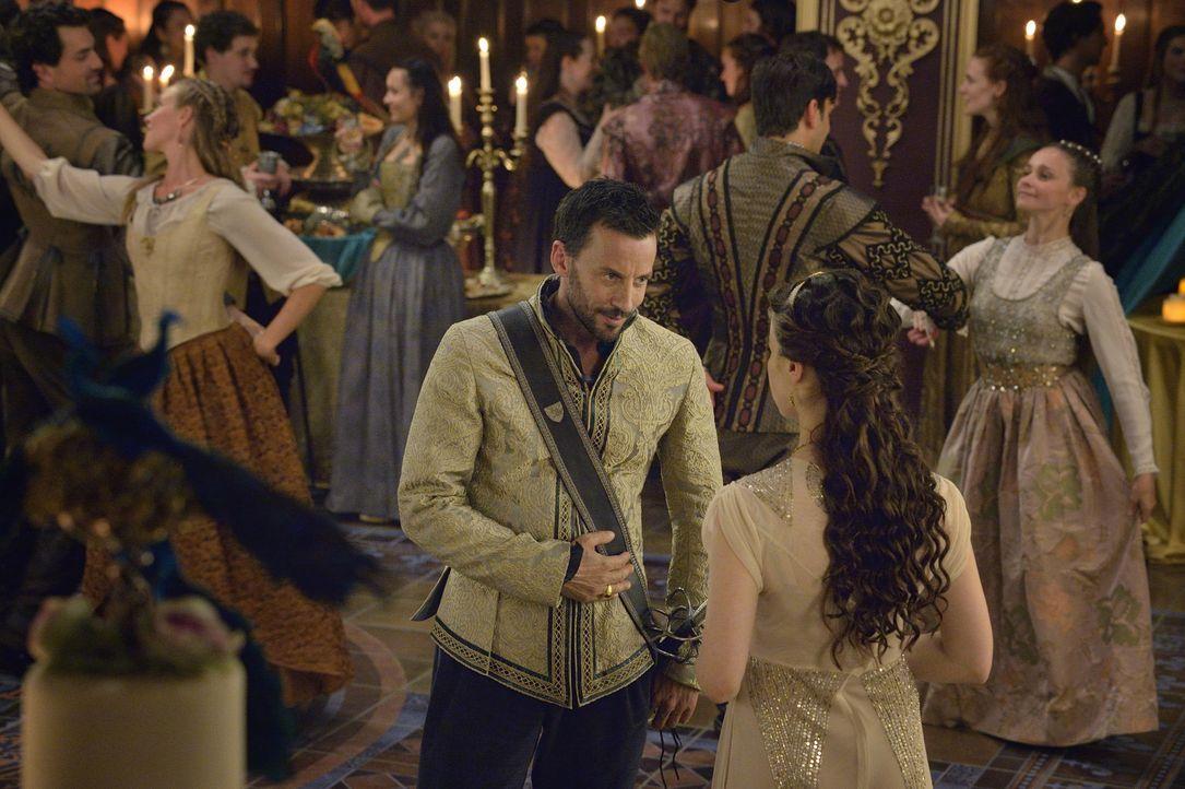 Lola (Anna Popplewell, r.) ist auf der Suche nach einem Liebhaber, Lord Narcisse (Craig Parker, l.) würde sich da anbieten ... - Bildquelle: Ben Mark Holzberg 2014 The CW Network, LLC. All rights reserved.