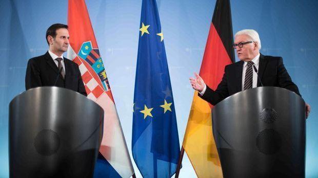 Bundesaußenminister Frank-Walter Steinmeier (r, SPD) und sein Amtskollege aus...