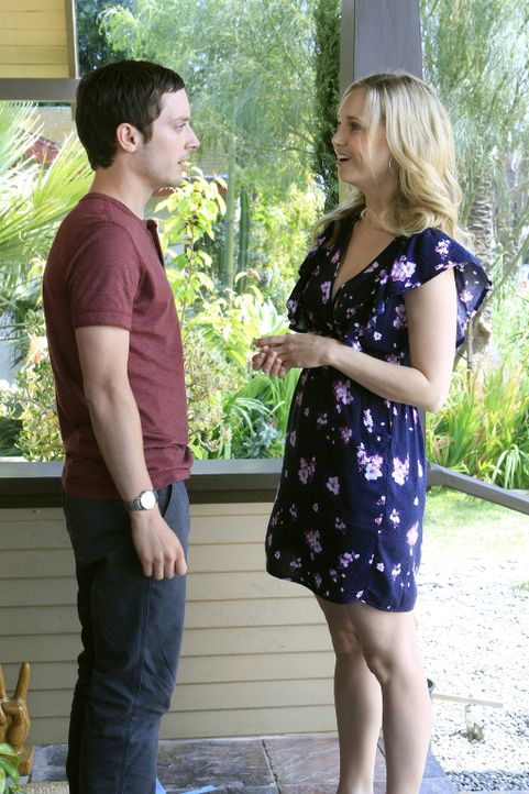 Jenna (Fiona Gubelmann, r.) ist überrascht als sie erfährt, dass Ryans (Elijah Wood, l.) Mutter seit 20 Jahren in einer psychiatrischen Klinik lebt... - Bildquelle: 2011 FX Networks, LLC. All rights reserved.