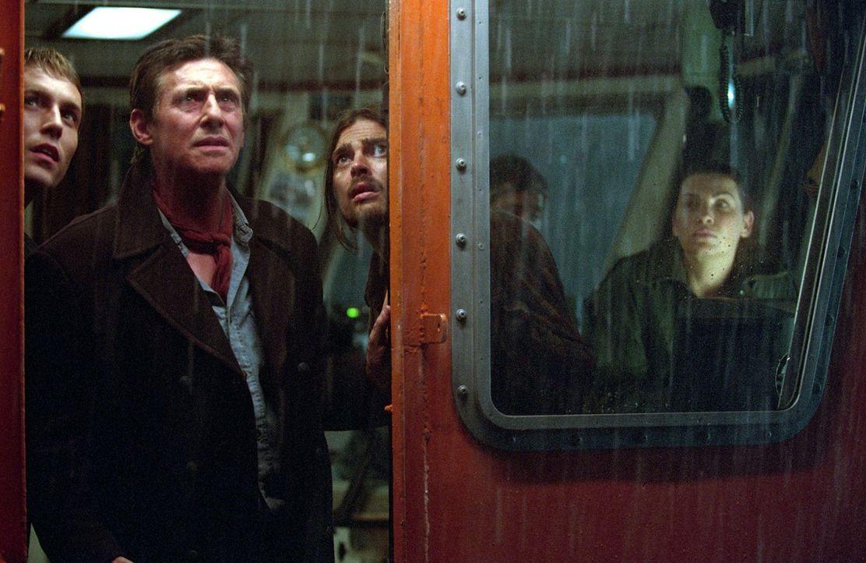 Machen eine schockierende Entdeckung, als sie ein altes, scheinbar herrenloses Wrack bergen wollen: Captain Murphys (Gabriel Byrne, 2.v.l.) und sein... - Bildquelle: Warner Brothers