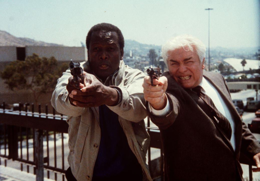 Mit vereinter Kraft verteidigen FBI-Agent Roy Parmenter (Sidney Poitier, l.) und der KGB-Agent Konstantin Karpov (Richard Bradford, r.) den jungen J... - Bildquelle: Columbia Pictures