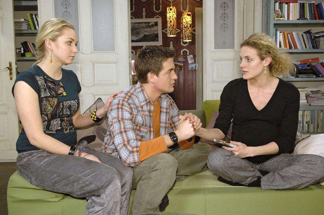 Auch Lily (Jil Funke, l.) und Lars (Alexander Klaws, M.) kümmern sich liebevoll um Maja (Barbara Lanz, r.) - Bildquelle: Claudius Pflug Sat.1