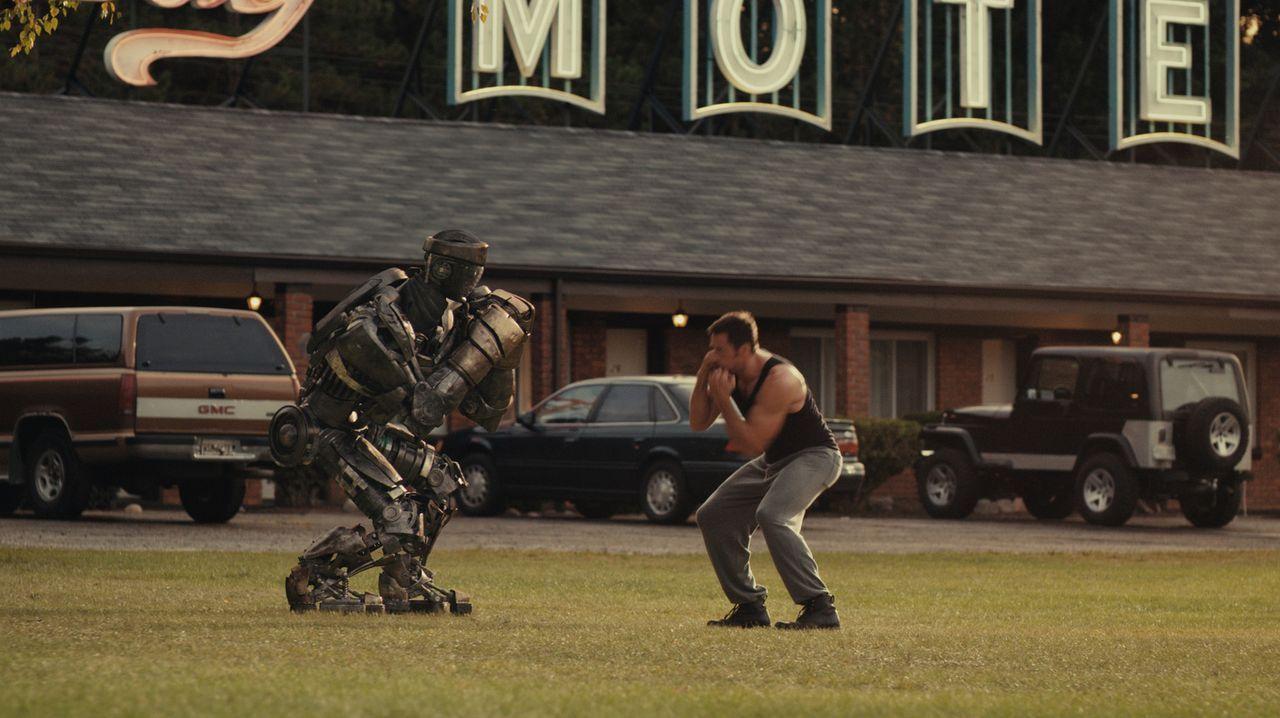 Beinahe zu spät erkennt Charlie (Hugh Jackman), dass der alte Kampfroboter vom Schrottplatz, Atom, über einzigartige Fähigkeiten verfügt, die ih... - Bildquelle: Greg Williams, Melissa Moseley DREAMWORKS STUDIOS.  All rights reserved