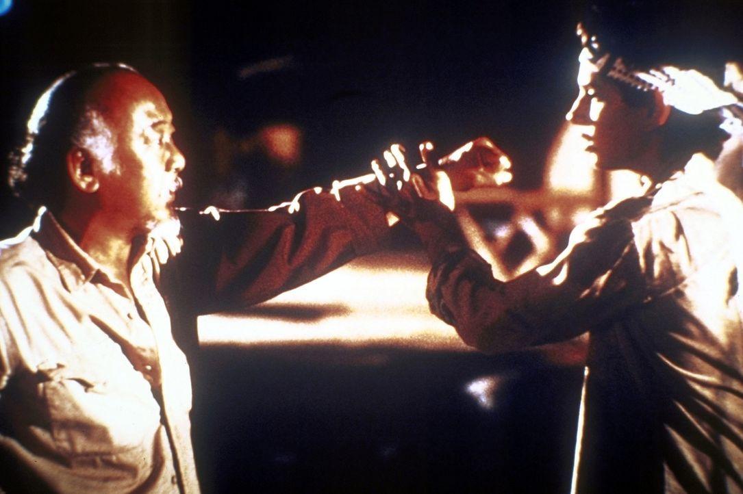 """Der weise Karatelehrer Miyag (Noriyuki """"Pat"""" Morita, l.) unterweist Daniel (Ralph Macchio, r.) in der Karatekunst: Daniel muss seinen Körper und se... - Bildquelle: Columbia Pictures"""