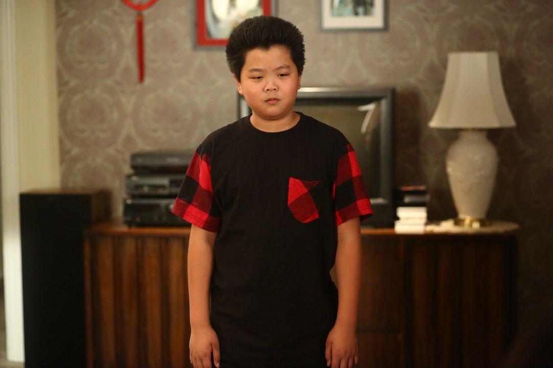 """Eddie (Hudson Yang) will unter allen Umständen Chris Rocks Stand-Up-Comedy """"Bring the Pain"""" sehen. Da die Show jedoch nicht altersgerecht ist, beauf... - Bildquelle: 2015-2016 American Broadcasting Companies. All rights reserved."""