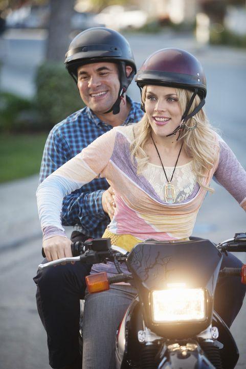 Ahnen nicht, dass Ellie vom kauf des Motorrades absolut nicht begeistert ist: Laurie (Busy Philipps, r.) und Andy (Ian Gomez, l.) ... - Bildquelle: 2009 ABC INC.