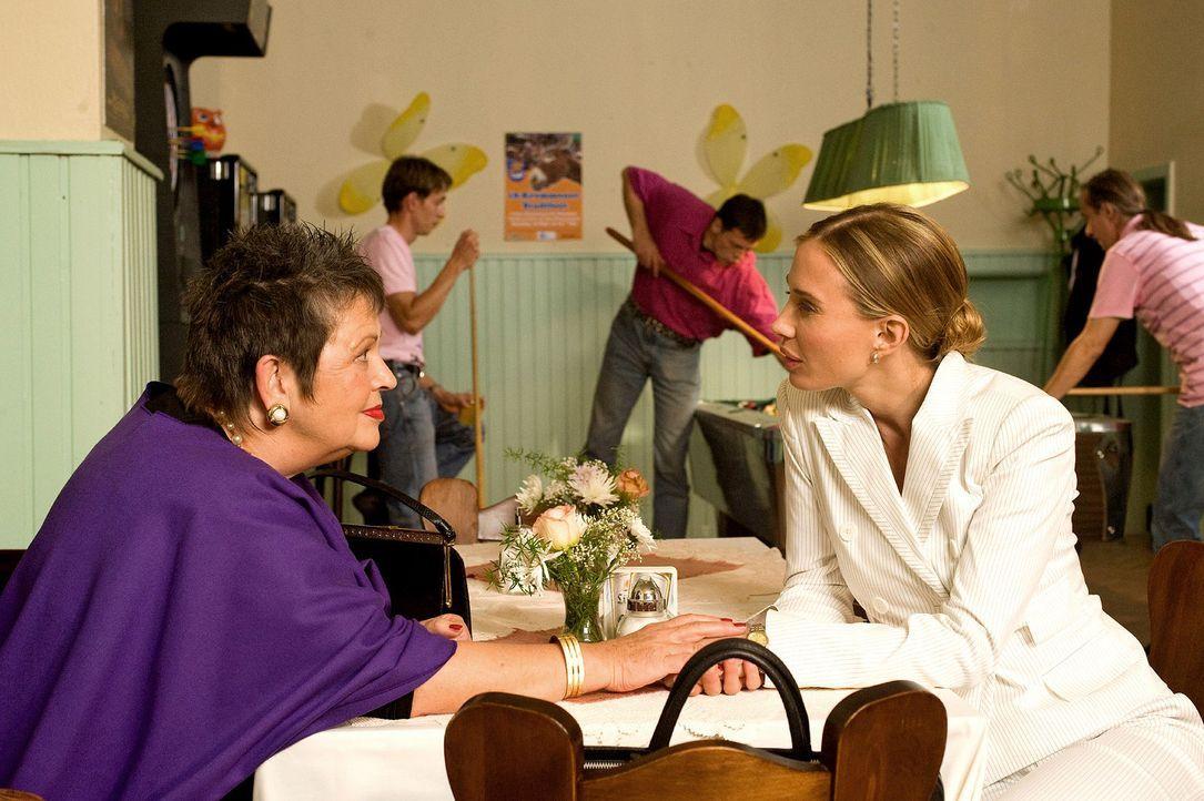 Maja (Nadeshda Brennicke, r.) verspricht ihrer Tante Charlotte (Walfriede Schmitt, l.), dass sie ihr beim Verkauf der alten Weberei helfen wird ... - Bildquelle: Gordon Mühle Sat.1