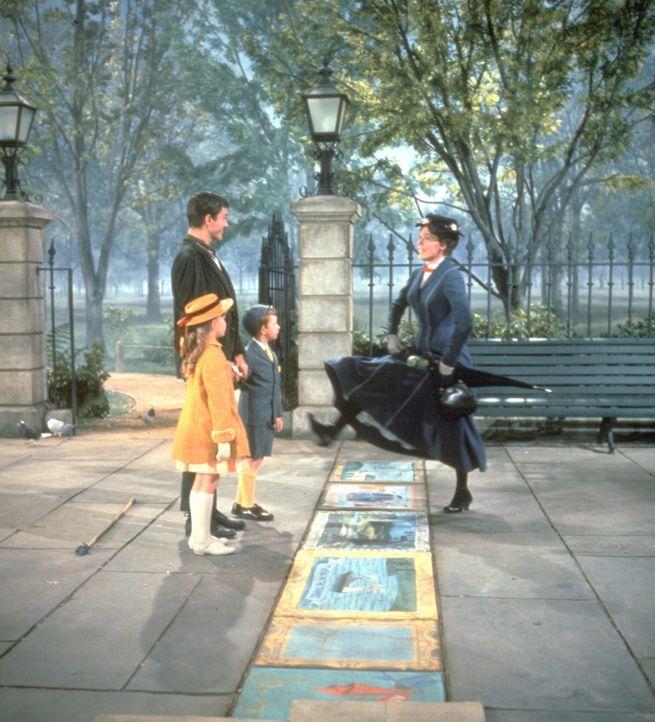 Mit Gesang, Tanz, besonderen Ausflügen, einigen magischen Lebensweisheiten und der Hilfe des Tagelöhners Bert (Dick van Dyke, 2.v.l.) gelingt es dem... - Bildquelle: Walt Disney Company. All Rights Reserved.