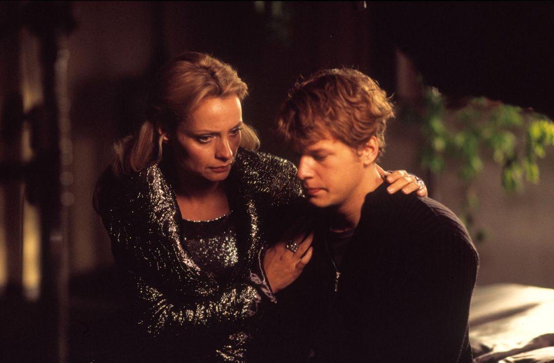 Als David (Mirko Lang, r.) seine leibliche Mutter Lucrezia Saintclair (Catherine Flemming, l.) kennen lernt, lässt er sich von ihr schon bald überze... - Bildquelle: ProSieben ProSieben
