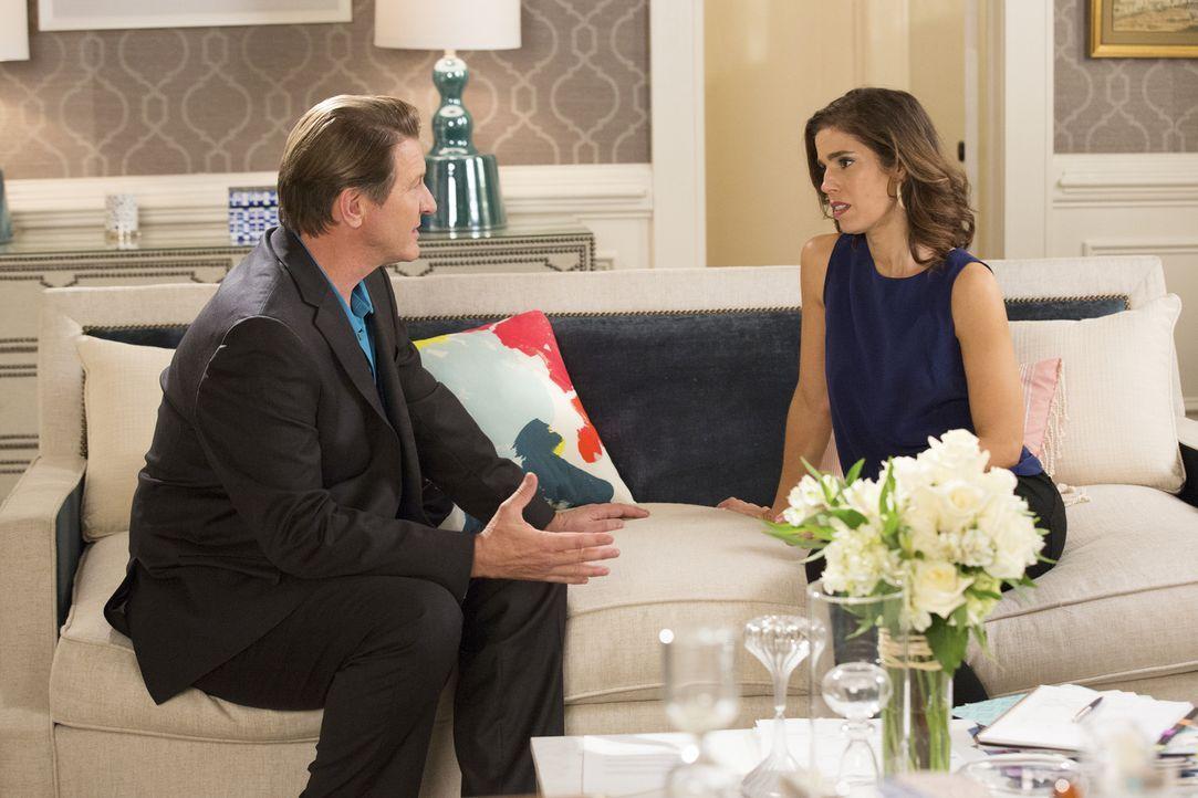 Michael (Brett Cullen, l.) sucht Rat bei Marisol (Ana Ortiz, r.), nachdem er Blanca einfach nicht erreichen kann. Erkennen die beiden, dass etwas mi... - Bildquelle: Bob Mahoney 2015 American Broadcasting Companies, Inc. All rights reserved.