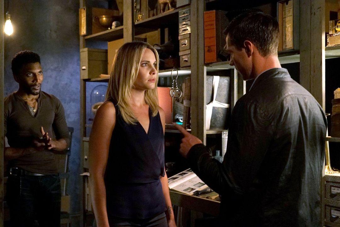 Vincent (Yusuf Gatewood, l.) und Camille (Leah Pipes, M.) wollen verhindern, dass der Serienkiller wieder zuschlägt. Als jedoch erneut ein Opfer auf... - Bildquelle: Warner Bros. Entertainment Inc.