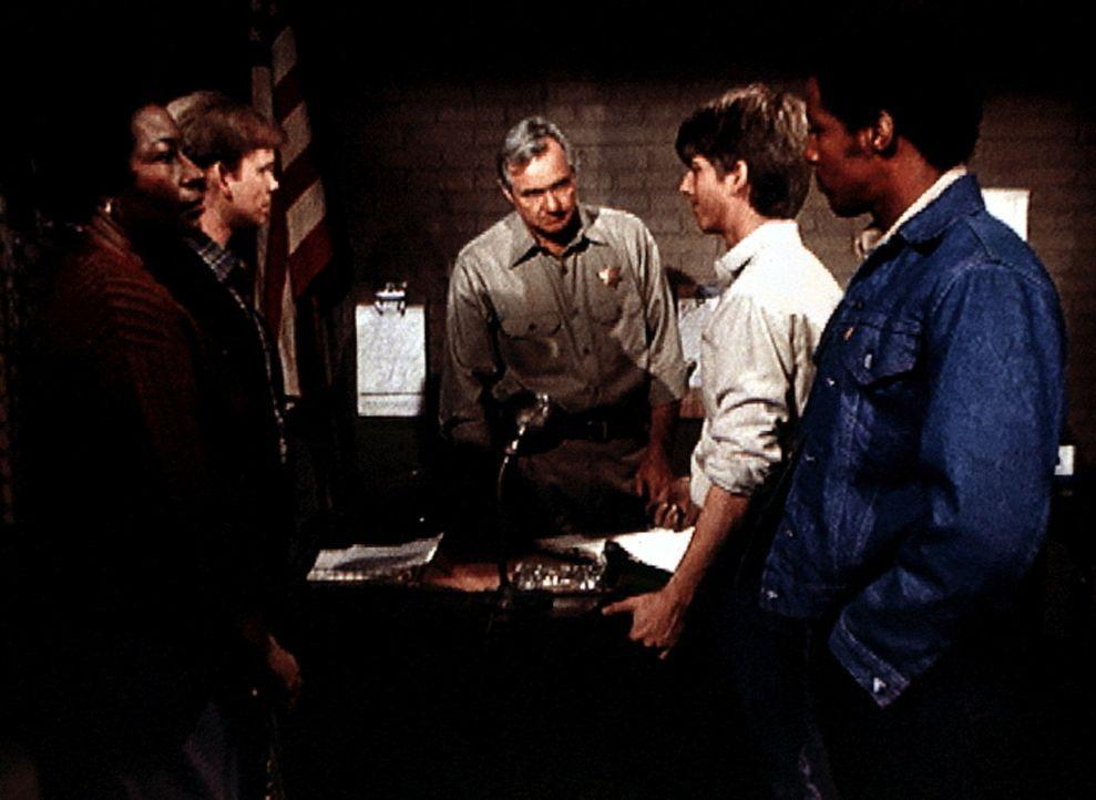 Verdie (Lynn Hamilton, l.) und Jason (Jon Walmsley, 2.v.l.) holen Jim Bob (David W. Harper, 2.v.r.) und Jody (Charles R. Penland) aus dem Gefängnis... - Bildquelle: WARNER BROS. INTERNATIONAL TELEVISION